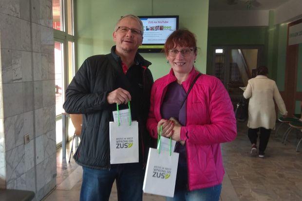 Dariusz i Joanna Skorupowie, zadowoleni z szybkiego załatwienia sprawy w ZUS i otrzymanych prezentów.